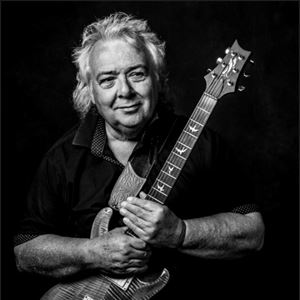 Bernie Marsden Plays 'Ready An' Willing'